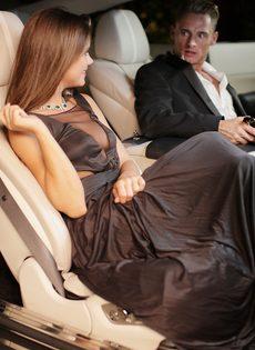 Обворожительная девушка подставляет бритую киску под половой член - фото #2