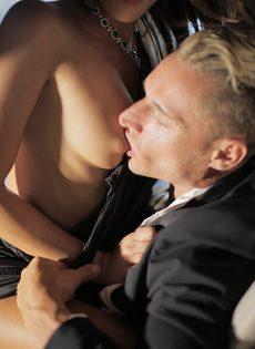 Обворожительная девушка подставляет бритую киску под половой член - фото #11