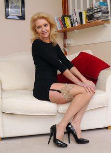 Магдалена и секретный фут фетиш в сплошных нейлонах на высоких каблуках - фото #10