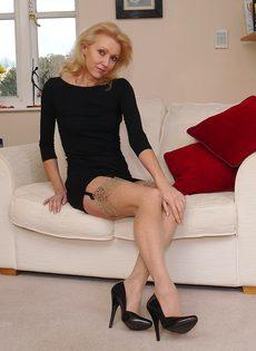 Магдалена и секретный фут фетиш в сплошных нейлонах на высоких каблуках - фото #13
