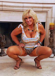 Зрелая женщина в разделась у камина - фото #6