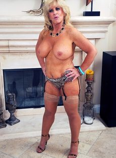 Зрелая женщина в разделась у камина - фото #12