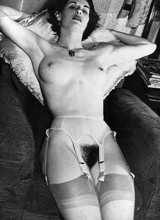 Эротические ретро фото бабенки с волосатой вагинальной дыркой - фото #3