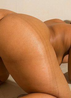 Толстая негритянка принимает душ и занимается мастурбацией - фото #9