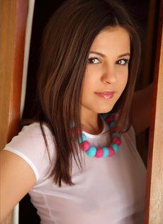 Очень привлекательная девушка снимает одежду и показывает свои великолепные сиськи - фото #2
