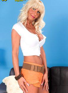 Грудастая женщина со светлыми волосами раздвигает половые губы - фото #2