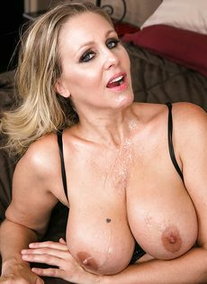 Жаркая бабенка Джулия Энн принимает член вагинальной дыркой - фото #16