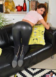 Откровенная сучка на каблуках спускает обтягивающие штаны - фото #7