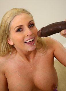 Темнокожий парень сунул большой член в рот блондинки - фото #16