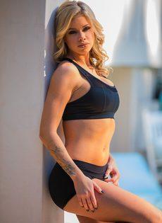 Секси бейби Джессика Роудс снимает шорты и бюстгальтер из спандекса - фото #7