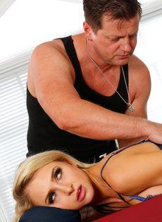 Фут фетиш и горячий половой акт на массажном столе - фото #1
