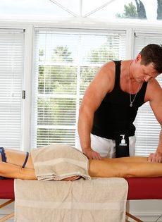 Фут фетиш и горячий половой акт на массажном столе - фото #2