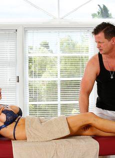 Фут фетиш и горячий половой акт на массажном столе - фото #3