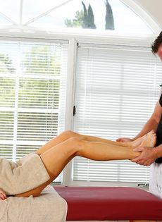 Фут фетиш и горячий половой акт на массажном столе - фото #5