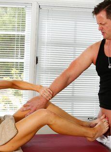 Фут фетиш и горячий половой акт на массажном столе - фото #7