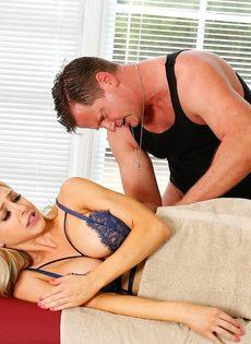 Фут фетиш и горячий половой акт на массажном столе - фото #8