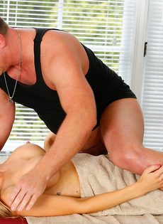 Фут фетиш и горячий половой акт на массажном столе - фото #9