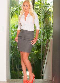 Аппетитная задница светловолосой зрелой сучки Alexis Malone - фото #1