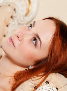 Красивая рыжая девушка с волосатой пиздой - фото #2