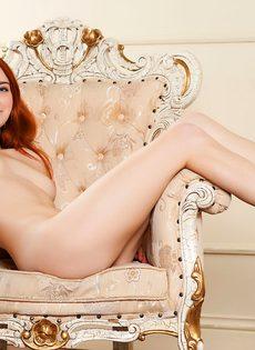 Красивая рыжая девушка с волосатой пиздой - фото #4
