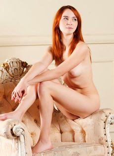 Красивая рыжая девушка с волосатой пиздой - фото #13