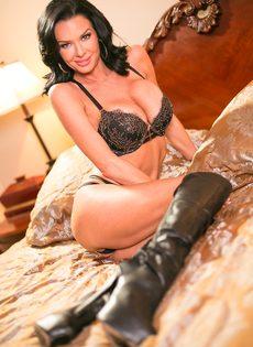 Известная порно звезда Вероника Авлув позирует в спальне на кровати - фото #1