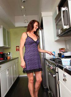 Женщина Mimi Moore показала пизду с волосами на лобке на кухне - фото #1