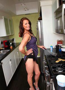 Женщина Mimi Moore показала пизду с волосами на лобке на кухне - фото #2