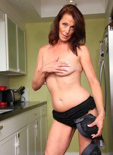 Женщина Mimi Moore показала пизду с волосами на лобке на кухне - фото #8
