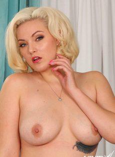 Голенькая блондинка хочет соблазнить темнокожего чувака на еблю - фото #8