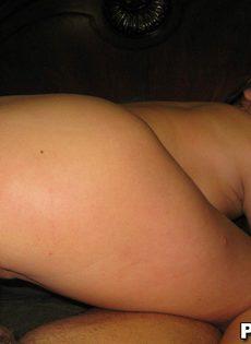Парень имеет подружку между ног в домашней обстановке - фото #8