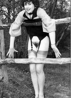Эротические ретро фото барышни в черных чулках на природе - фото #2