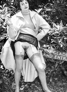 Эротические ретро фото барышни в черных чулках на природе - фото #5