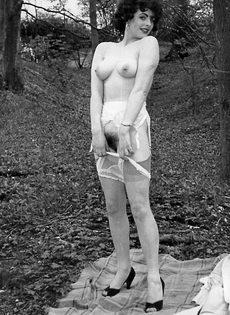Эротические ретро фото барышни в черных чулках на природе - фото #9