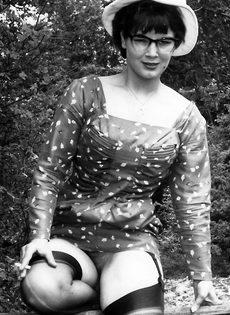 Эротические ретро фото барышни в черных чулках на природе - фото #10