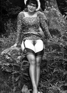 Эротические ретро фото барышни в черных чулках на природе - фото #13