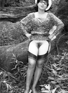 Эротические ретро фото барышни в черных чулках на природе - фото #14