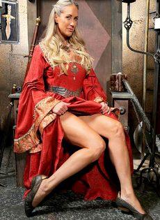 Зрелая мадам Бранди Лав высвобождает большие сиськи из косплей костюма - фото #2