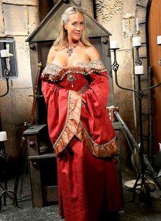 Зрелая мадам Бранди Лав высвобождает большие сиськи из косплей костюма - фото #3