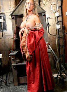 Зрелая мадам Бранди Лав высвобождает большие сиськи из косплей костюма - фото #4