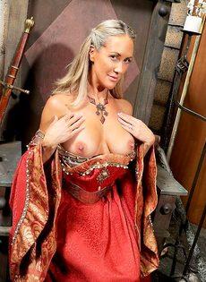 Зрелая мадам Бранди Лав высвобождает большие сиськи из косплей костюма - фото #5