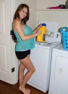 Домашние фотографии большешгрудой красавицы возле стиральной машины - фото #2