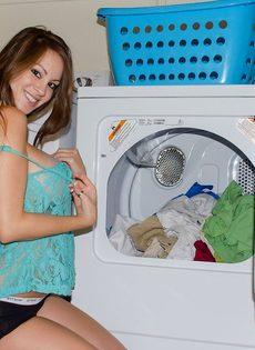 Домашние фотографии большешгрудой красавицы возле стиральной машины - фото #4