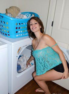 Домашние фотографии большешгрудой красавицы возле стиральной машины - фото #7