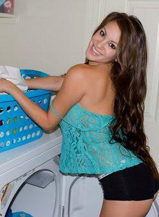 Домашние фотографии большешгрудой красавицы возле стиральной машины - фото #9