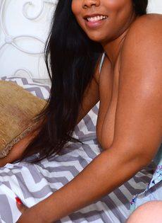 Парень пальцами возбуждает жирную темнокожую подружку - фото #7