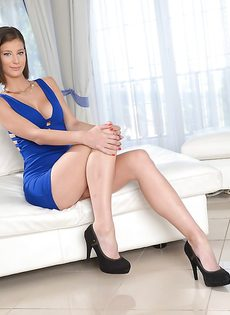 Миниатюрная модель снимает с себя короткое платье синего цвета - фото #2
