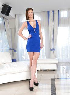 Миниатюрная модель снимает с себя короткое платье синего цвета - фото #3