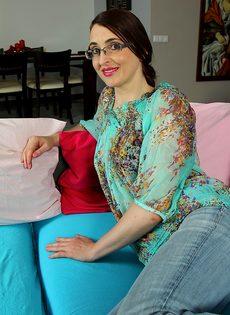 Взрослая женщина в очках демонстрирует промежность на диване - фото #1