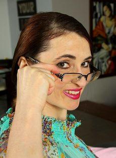 Взрослая женщина в очках демонстрирует промежность на диване - фото #2